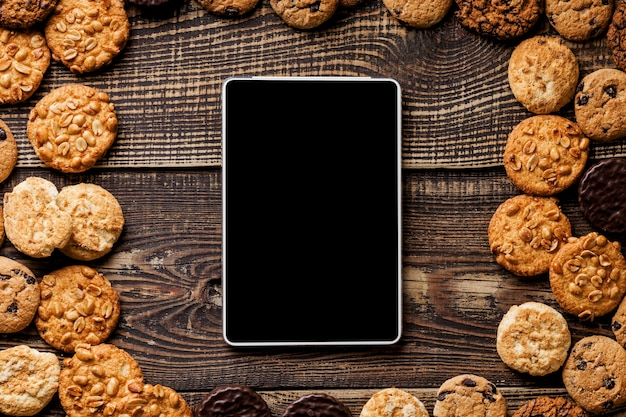 Рамка печенья рядом с планшетом