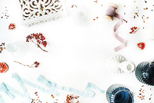 장식 프레임 : 촛대, 블루 리본, 드라이 오렌지 및 마가목 가지