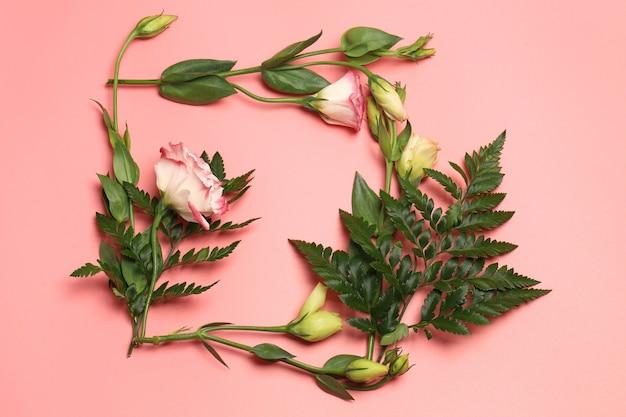 ピンクの背景に繊細な花のフレーム