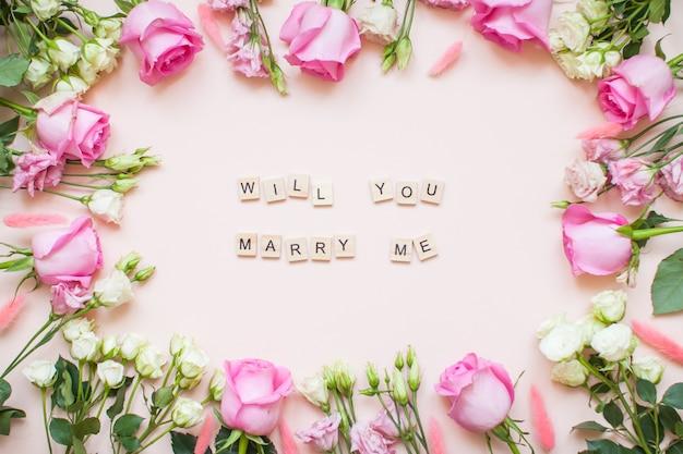 Рамка из нежных белых и розовых роз и эустом с посланием