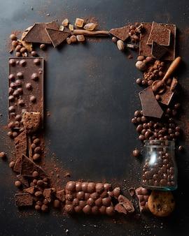 暗い背景にさまざまなチョコレートのフレーム