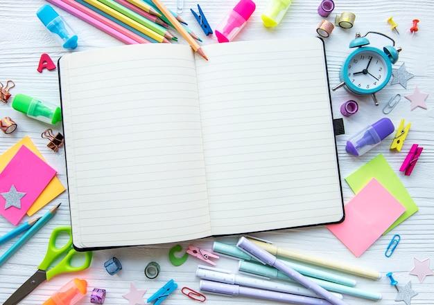 흰색 나무 배경에 있는 다른 편지지 프레임, 텍스트를 위한 공간이 있는 평평한 레이아웃. 학교로 돌아가다