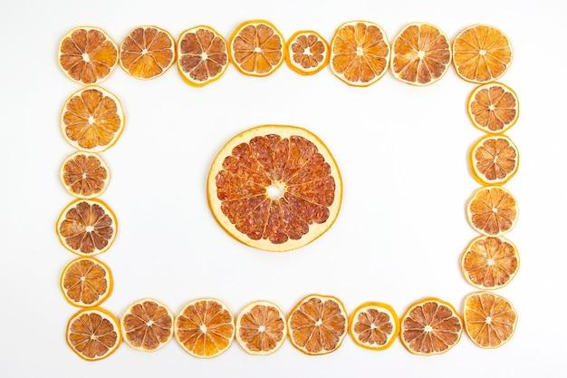 말린 레몬 조각의 프레임입니다. 비타민 과일 식품