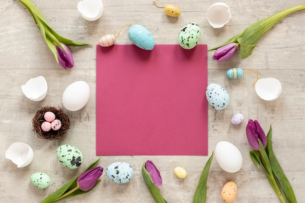 부활절을위한 꽃과 계란의 프레임