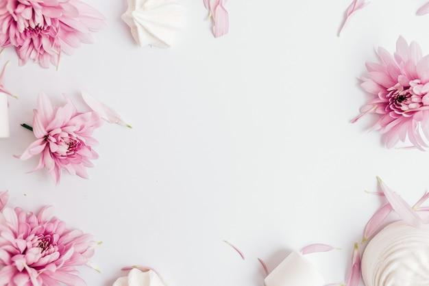 白い背景の花のフレーム。上面図