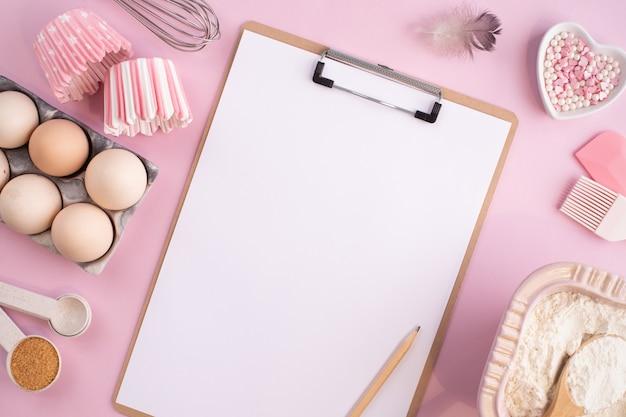 부드럽게 핑크 파스텔 배경에 베이킹에 음식 재료의 프레임. 복사 공간으로 평평하게 누워 요리. 평면도. 베이킹 개념. 평평하다