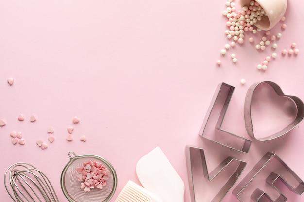 Рамка из пищевых ингредиентов для выпечки на нежно розовой пастели. концепция выпечки. Premium Фотографии