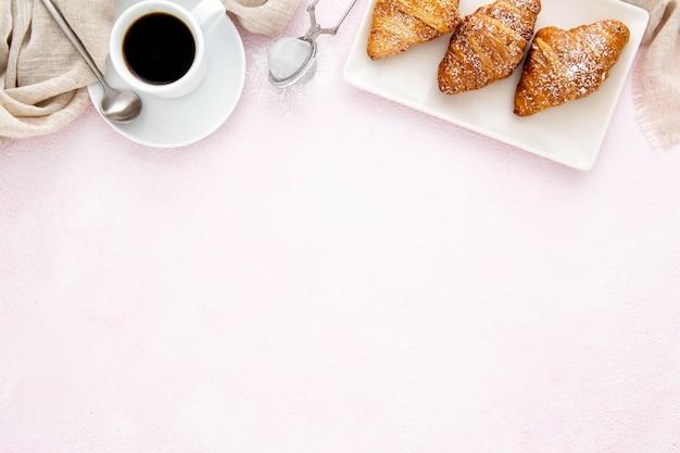 フランスのクロワッサンとコーヒーコピースペースのフレーム