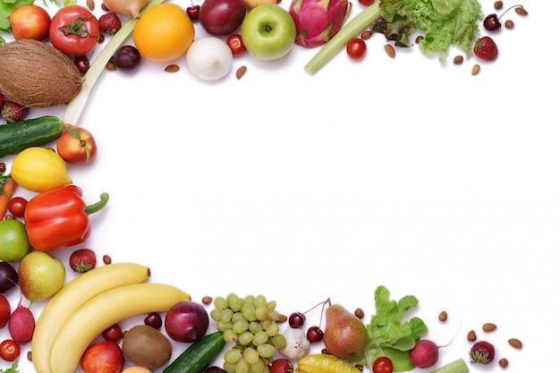 白い背景の上の新鮮な果物のフレーム