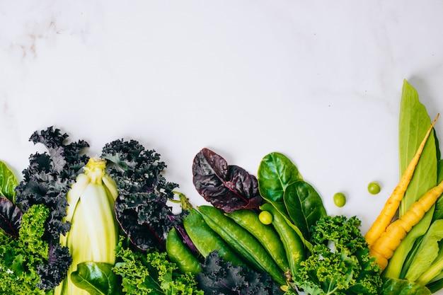 大理石の背景に新鮮な健康的な野菜のフレーム、