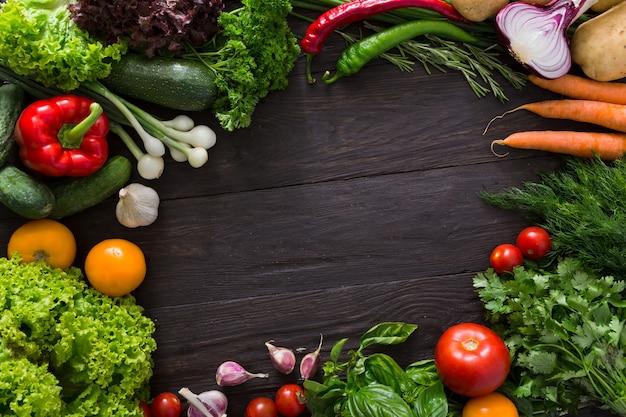Рамка из свежих овощей на дереве с копией пространства