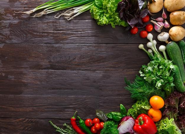 Рамка из свежих овощей на деревянных фоне с копией пространства