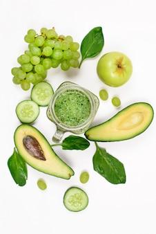 緑の果物と野菜の分離された白のフレーム。デトックスと健康的なライフスタイルのコンセプトです。テキスト用のスペースがある上面図