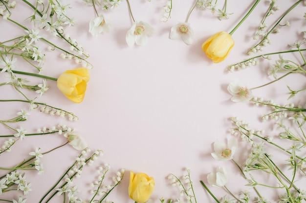 은방울꽃, 노란 튤립, 분홍색에 녹색 잎의 프레임