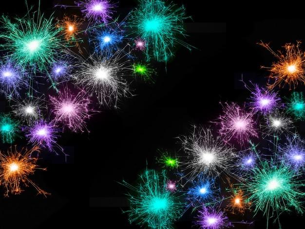 검은 배경에 고립 된 많은 색된 불꽃놀이의 프레임. 공간을 복사합니다. 휴일 장식을 위한 아이디어: 크리스마스, 새해, 기념일, 독립 기념일, 생일
