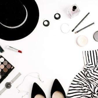 Каркас современной одежды, аксессуаров и косметики. футболка, шляпа, обувь, палитра, помада, часы, пудра на белом фоне. плоская планировка, вид сверху