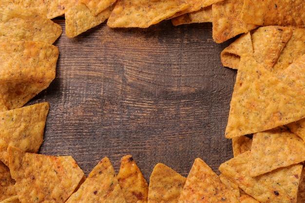Рама начо на коричневом деревянном столе