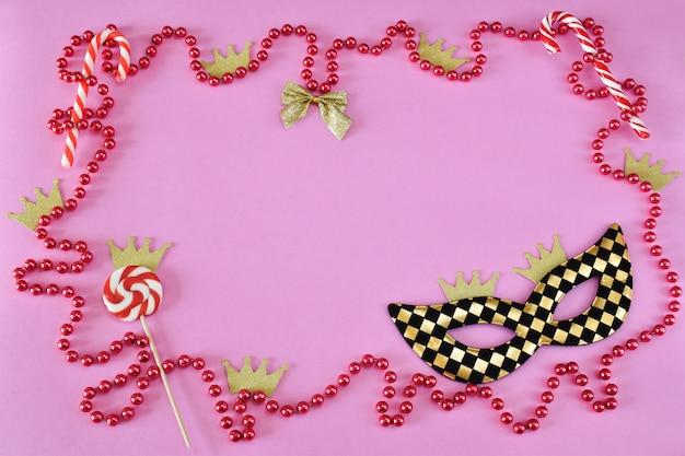 ピンクのビーズ、マスク、お菓子のフレーム