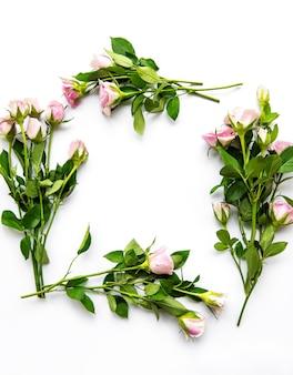 ピンクのバラと花びらのフレーム