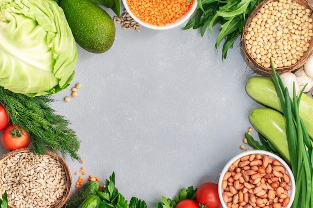 Рамка набора здоровой пищи для приготовления здоровой и диеты. разные крупы, семена, овощи. веганская концепция здорового питания, вид сверху