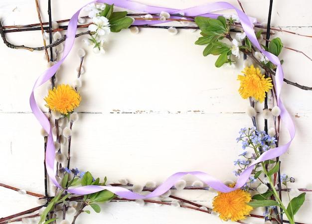 흰색 배경 빈티지 나무 부활절 구성에 봄 꽃의 프레임