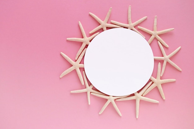 ピンクのテーブルのヒトデのフレーム