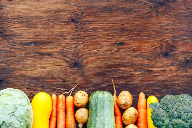 木製のテーブルで野菜のフレーム