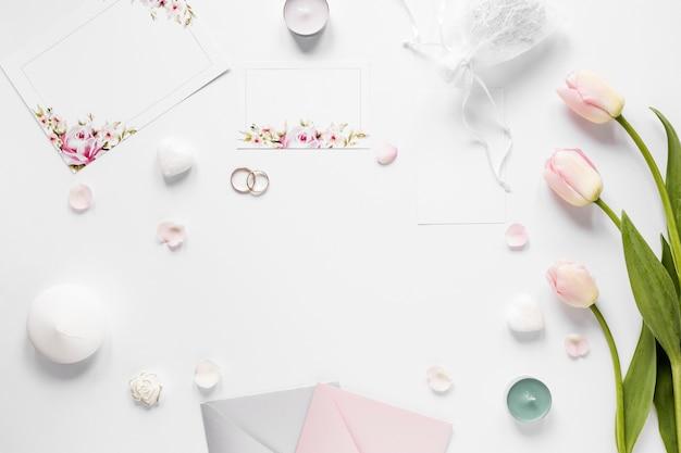 Рамка из свадебных украшений и тюльпанов