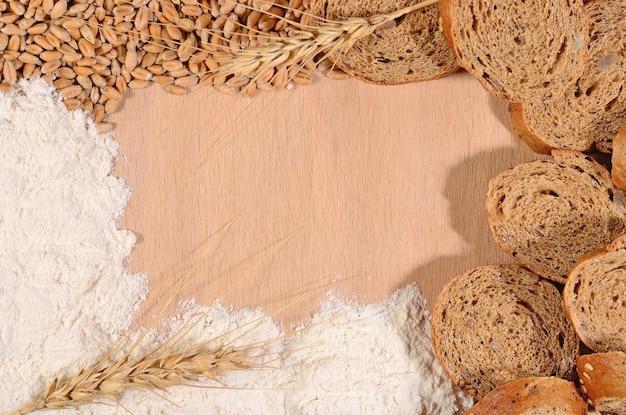 나무 배경에 흰 밀가루, 밀, 빵의 틀