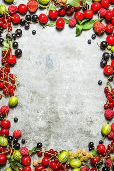 Рамка из лесных ягод