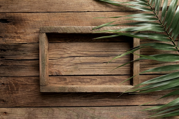 Каркас деревянного ящика или контейнера для еды, доставка фруктов на деревянном столе, вид сверху.