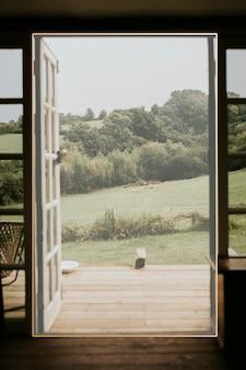 自然の背景への開かれたドアのフレーム