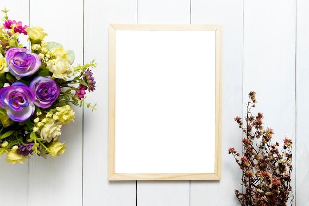 이랑 흰색 나무 테이블 배경 위에 프레임