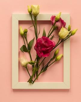 Cornice con bellissime rose per la festa della donna