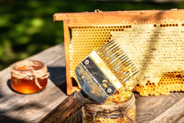 벌집에 신선한 꿀벌 꿀로 가득한 꿀벌 왁스 구조 프레임