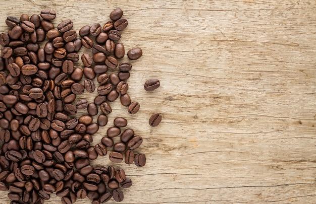 古い木の背景にコーヒー豆とフレーム