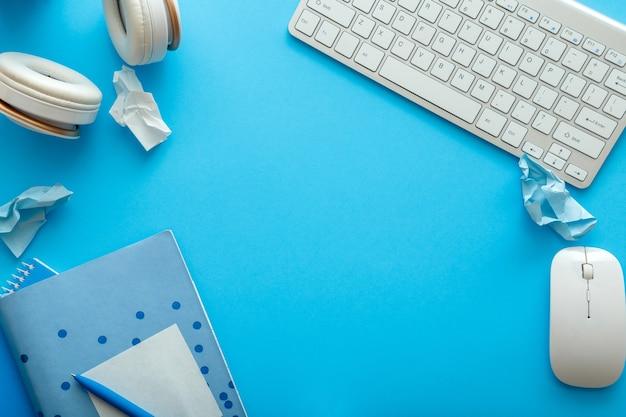 사무실과 학교 흰색 파란색 문구로 만든 복사 공간이 있는 프레임은 업무 및 교육을 위한 파스텔 블루 레이아웃에 있습니다. 학교 개념으로 돌아가기. 모의 빈 복사 공간이 있는 파란색 책상 작업 공간.