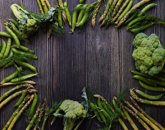 新鮮な緑の食べ物とフレーム