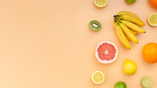 Cornice con frutta e copia-spazio