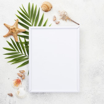 Рамка с листьями и моллюсками
