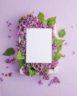 紫色の背景にライラックの花とフレーム Premium写真