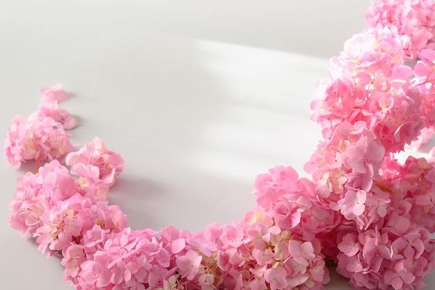 Рамка с розовой гортензией. цветочная композиция с копией пространства на сером с мягким фокусом.