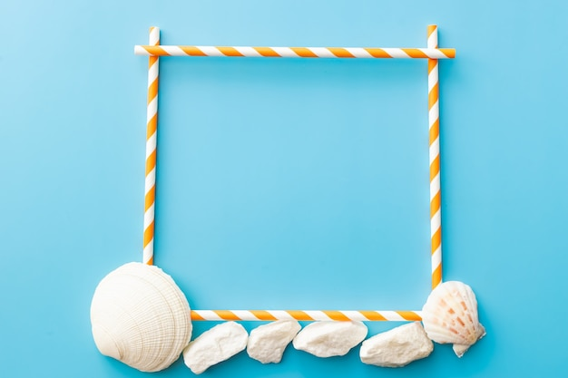 青い背景に貝殻とフレーム