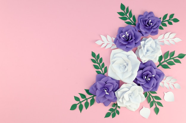 ピンクの背景に春の紙の花のフレーム