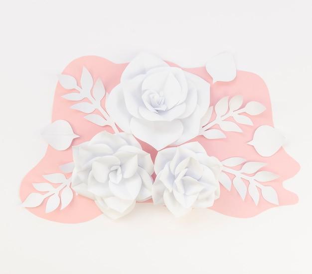 Pagina con i fiori di carta della molla su fondo bianco