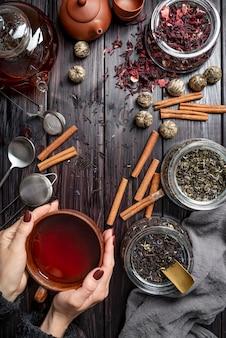 Cornice con tazza da tè ed erbe