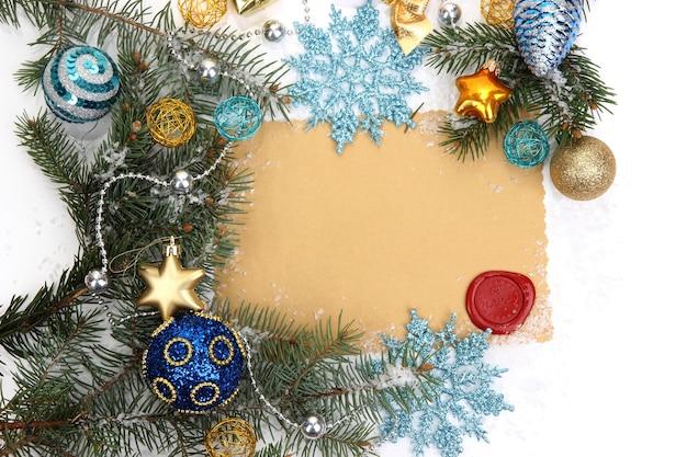 Рамка с винтажной бумагой и рождественскими украшениями крупным планом