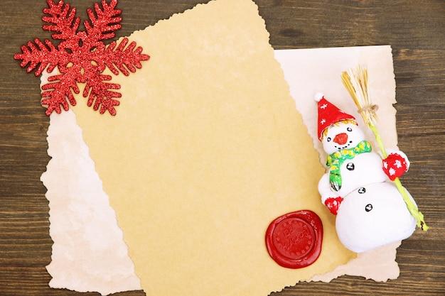 木製のテーブルにヴィンテージ紙とクリスマスの装飾が施されたフレーム