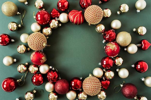 緑の赤と金のクリスマスつまらないボールで作られたフレームリース