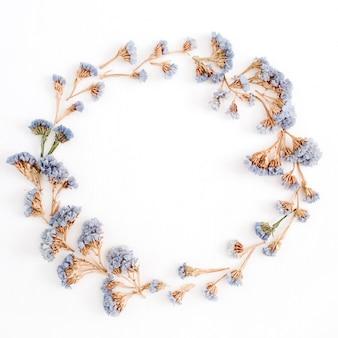 흰색 바탕에 옅은 파란색 말린 된 꽃의 프레임 화 환. 평면 위치, 평면도